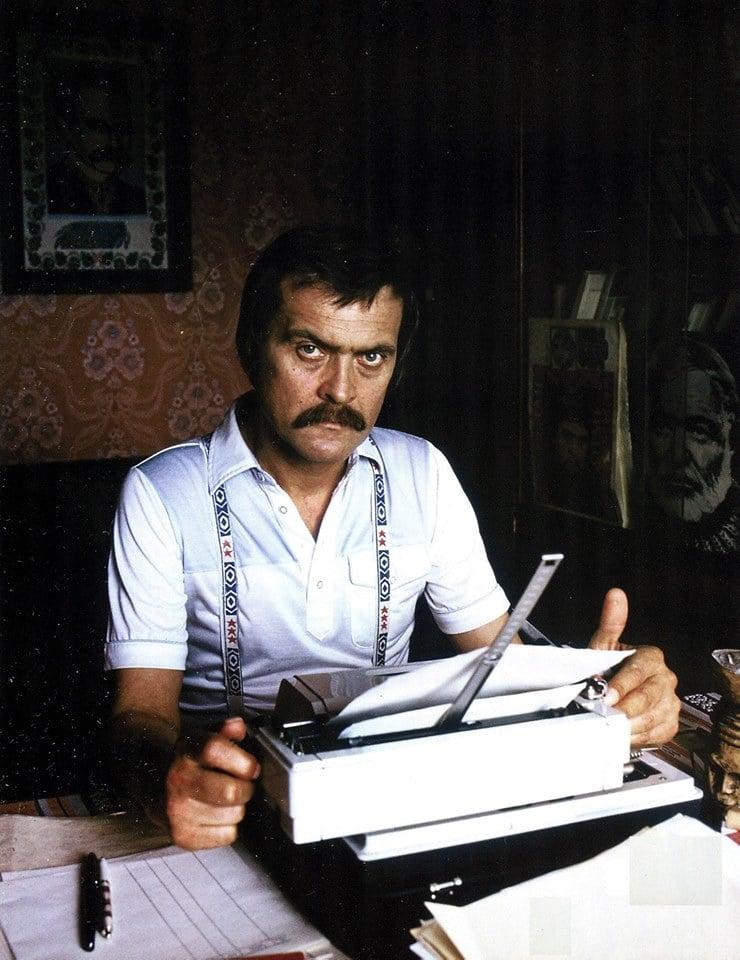 Іван Миколайчук пише сценарій. Початок 1980-х років. Фото Олександра Бронштейна.